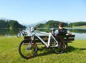 E-Bike Verleih - Erleben Sie eine erholsame Radltour mit einem E-Bike im Allgäu.Es fährt zwar nicht von allein, aber der umweltfreundliche Elektromotor unterstützt Sie bei der Tretbewegung bis zu dreifacher Kraft.