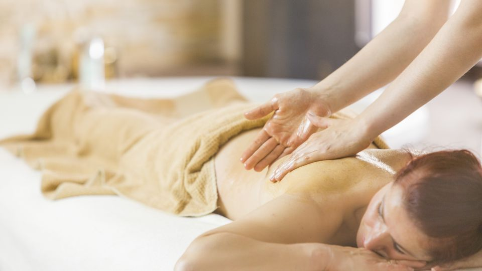 Massaggio disintossificante al miele per la schiena