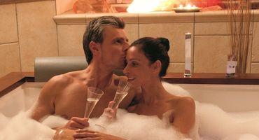 Momenti indimenticabili nella suite spa privata!