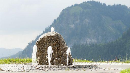 Unser Feng Shui optimierter Außenbrunnen mit Blick zum Hirschberg