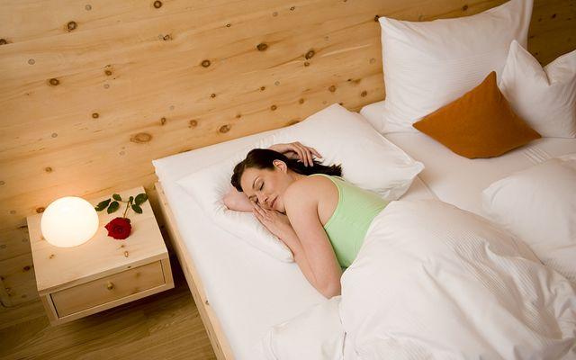 """Optimale Schlafqualität in metallfreien Zirbenbetten mit Matratze """"Blume des Lebens"""""""